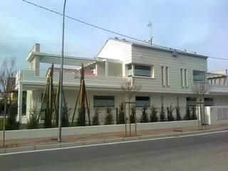 POMPEIANE IN LEGNO Balcone, Veranda & Terrazza in stile moderno di VENETA TETTI Moderno