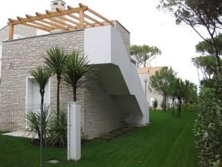 POMPEIANE IN LEGNO Balcone, Veranda & Terrazza in stile classico di VENETA TETTI Classico