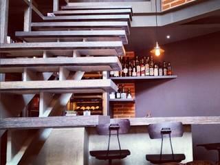 Quinto Distrito Arquitectura Modern corridor, hallway & stairs Solid Wood Grey