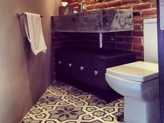 Bathroom by Quinto Distrito Arquitectura, Modern Tiles
