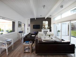 Maison individuelle à Villefranche-sur-Saône: Salon de style  par Caroline Wach Architecture,