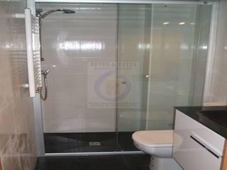 Classic style bathroom by Reyes & Reyes reformas y servicios Classic