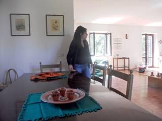 Allestimento by Titti: Sala da pranzo in stile in stile Classico di Sublacense Home Staging