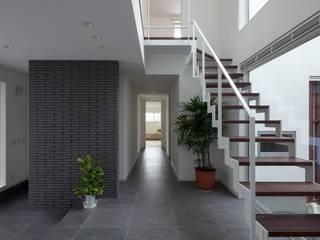 三世代が憩う家 モダンスタイルの 玄関&廊下&階段 の LITTLE NEST WORKS モダン