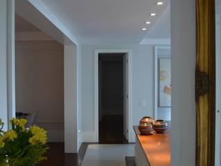 Apto Moema: Corredores e halls de entrada  por Compondo Arquitetura,Moderno