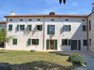 Esterni Villa Pullin dopo il restauro: Complessi per uffici in stile  di Studio architetto Mauro Gastaldo