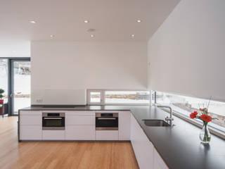 Wohnhaus in Dresden: moderne Küche von Architekturfotografie Steffen Spitzner
