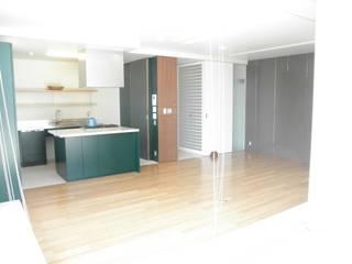 テラスをのぞむアイランドキッチン: ティー・ケー・ワークショップ一級建築士事務所が手掛けたキッチンです。