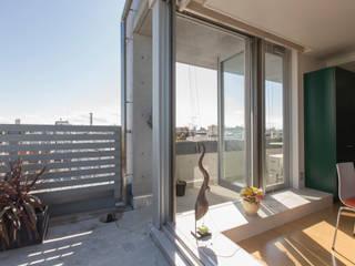 テラスに接する折戸サッシ: ティー・ケー・ワークショップ一級建築士事務所が手掛けた家です。