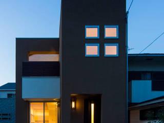 主婦の目線で設計した、コンパクトな都市型モデルハウス: エムズ アーキテクト デザイン 一級建築士事務所が手掛けた家です。