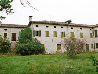 Esterni Villa Pullin prima del restauro:  in stile  di Studio architetto Mauro Gastaldo