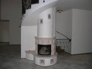 Kominek kaflowy pod schodami: styl , w kategorii Salon zaprojektowany przez Piotrowski-Kominki