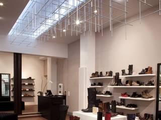 Boutique:  de style  par LUCAS Maitrise d'Oeuvre