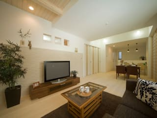 Modern Living Room by エムズ アーキテクト デザイン 一級建築士事務所 Modern
