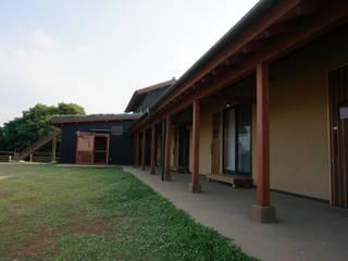 回廊: 虎設計工房が手掛けた壁です。
