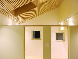 段でつながる家: 建築設計事務所RENGEが手掛けた子供部屋です。