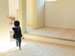 Dormitorios infantiles de estilo escandinavo de 建築設計事務所RENGE Escandinavo