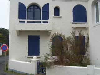 Rénovation bord de mer: Maisons de style  par M Interieur