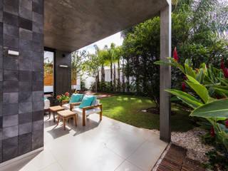 Modern balcony, veranda & terrace by Felipe Bueno Arquitetura Modern