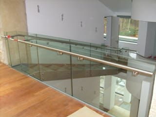 Glazen trap / loopbrug Moderne gangen, hallen & trappenhuizen van Snep Exclusieve Metalen BV Modern
