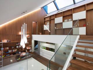 MOBIUS ARCHITEKCI PRZEMEK OLCZYK Pasillos, vestíbulos y escaleras de estilo moderno