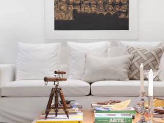 Apartamento em São Conrado com frescor e móveis de família Angela Medrado Arquitetura + Design Salas de estar ecléticas