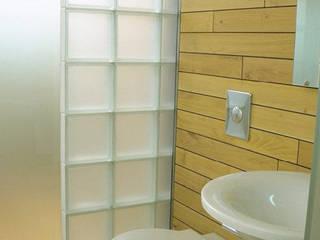 Waschbecken und Toilette:  Badezimmer von Atelier Thomas Grögler