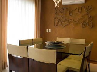 Sala da pranzo in stile classico di Flávia Brandão - arquitetura, interiores e obras Classico