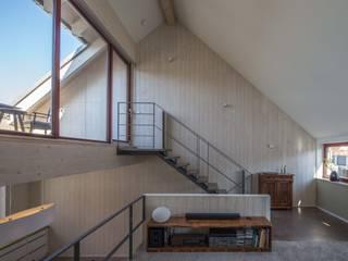 Wohnen im Holzhaus mitten in der Stadt Minimalistische Wohnzimmer von Architektin Tanja Ernst-Adams Minimalistisch