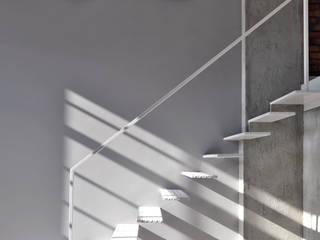 Pasillos, vestíbulos y escaleras de estilo minimalista de WE LOFT DESIGN Minimalista