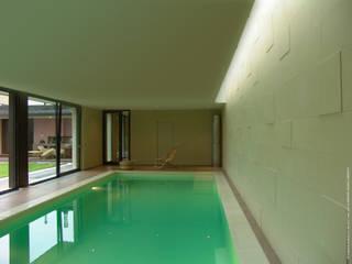 Rivestimento muro e pavimento bordo piscina in Pietra Palladio bianca di PEOTTA ARREDO SRL Minimalista