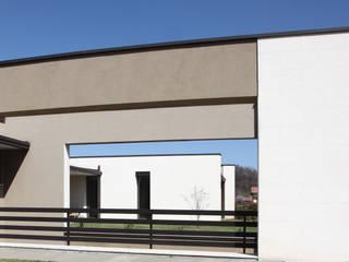 Rivestimento esterno in Pietra di Vicenza Pareti & Pavimenti in stile minimalista di PEOTTA ARREDO SRL Minimalista