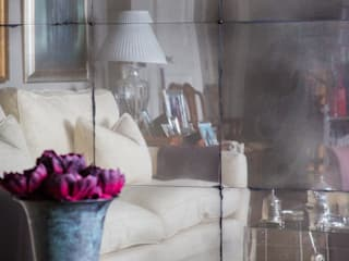 Antiqued Mirror Glass di Rupert Bevan Ltd Moderno