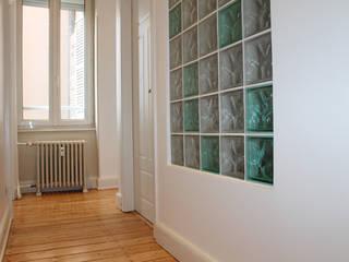 Pasillos, vestíbulos y escaleras modernos de Agence ADI-HOME Moderno