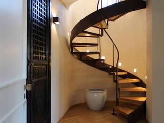 Attico all'Aventino: Ingresso & Corridoio in stile  di Blocco 8 Architettura