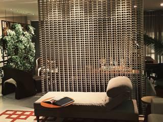 HOME+OFFICE+HOME : Sala de estar  por Fabio Pantaleão Arquitetura+Interiores,