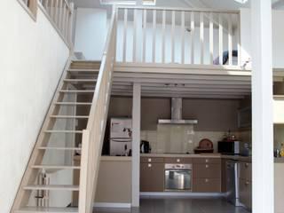Pasillos, vestíbulos y escaleras de estilo moderno de Emilie Bigorne, architecte d'intérieur CFAI Moderno