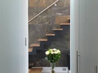 Pasillos, vestíbulos y escaleras de estilo minimalista de Emilie Bigorne, architecte d'intérieur CFAI Minimalista