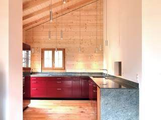 Ferienhaus nach Mass Klassische Küchen von Juho Nyberg Architektur GmbH Klassisch
