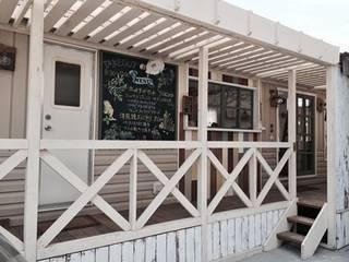 自然素材で改装したトレーラーハウスカフェ オリジナルなレストラン の 有限会社 八幡工業 ナチュラワイズ オリジナル