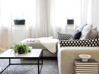 Wnętrze mieszkania w kamienicy, Bielsko-Biała. Skandynawski salon od TIKA DESIGN Skandynawski