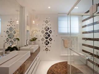 Apartamento Marrocos: Banheiros  por Designer de Interiores e Paisagista Iara Kílaris,Moderno