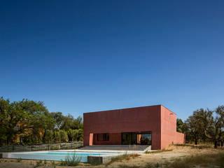 Casa com Três Pátios: Casas modernas por Miguel Marcelino, Arq. Lda.