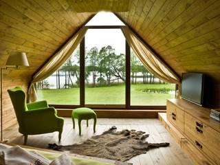 widok z okna sypialni na jezioro: styl , w kategorii Sypialnia zaprojektowany przez CUBICPROJEKT