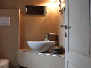 Bagno degli ospiti in casa privata: Bagno in stile  di DENISE TRENTO DESIGN STUDIO