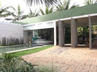 ENTRADA PRINCIPAL: Casas  por DUPLA ARQUITETURA ESTRATÉGICA