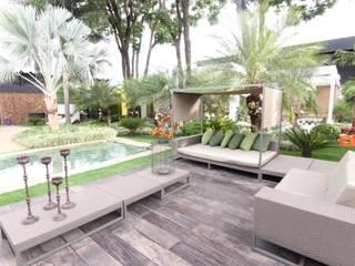 Deck da piscina: Terraços  por DUPLA ARQUITETURA ESTRATÉGICA
