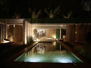 REFÚGIO URBANO: Casas  por DUPLA ARQUITETURA ESTRATÉGICA,Moderno