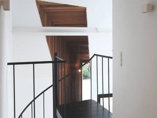 Pasillos, vestíbulos y escaleras de estilo minimalista de Tim Versteegh Architect Minimalista