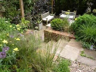 Bristol city garden in May Jardines de estilo moderno de Karena Batstone Design Moderno